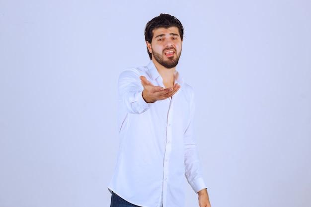 Mężczyzna Występujący Na Scenie, Odnosząc Się Do Widzów. Darmowe Zdjęcia