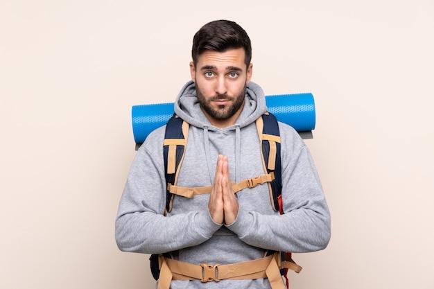 Mężczyzna Z Alpinisty Plecakiem Nad Odosobnioną ścianą Premium Zdjęcia