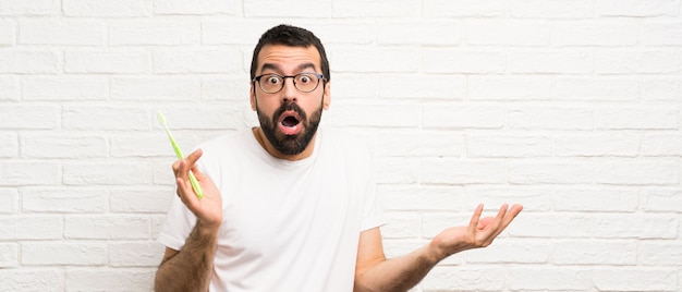 Mężczyzna Z Brodą Myje Zęby Premium Zdjęcia
