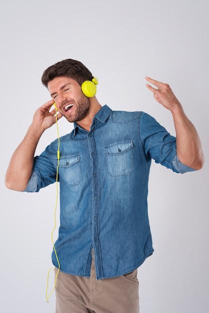 Mężczyzna Z Dżinsową Koszulą I Słuchawkami Darmowe Zdjęcia