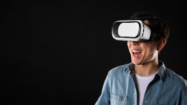 Mężczyzna Z Kopiowaniem Przestrzeni I Zestawem Słuchawkowym Do Wirtualnej Rzeczywistości Darmowe Zdjęcia