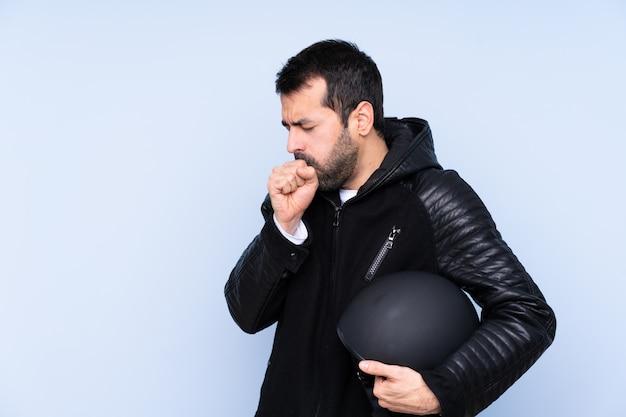 Mężczyzna Z Motocyklu Hełmem Nad Odosobnioną ścianą Premium Zdjęcia