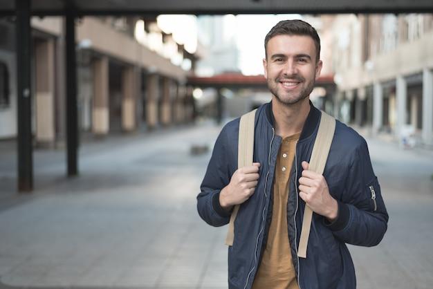 Mężczyzna Z Plecaka Uśmiechniętym Uczniem Premium Zdjęcia