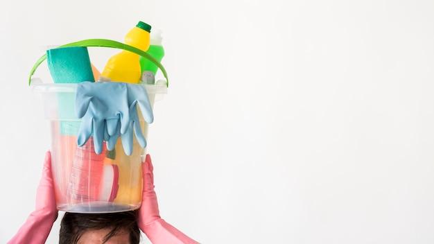Mężczyzna z wiadrem produkty czyszczące Darmowe Zdjęcia