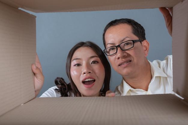 Mężczyźni i kobiety pomagają pakować pudełka. Darmowe Zdjęcia