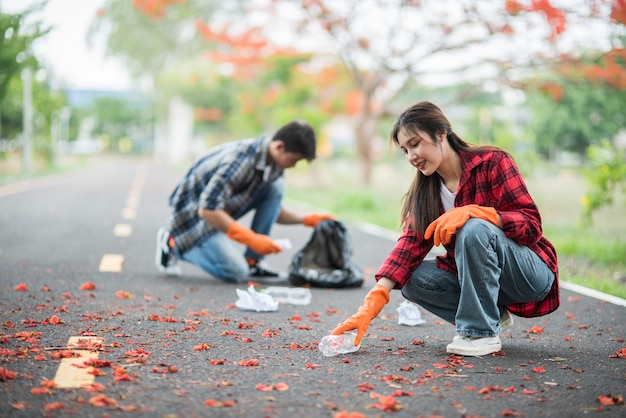 Mężczyźni I Kobiety Pomagają Sobie Nawzajem W Zbieraniu śmieci. Darmowe Zdjęcia