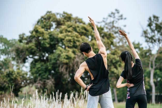 Mężczyźni I Kobiety Rozgrzewają Się Przed I Po ćwiczeniach. Darmowe Zdjęcia