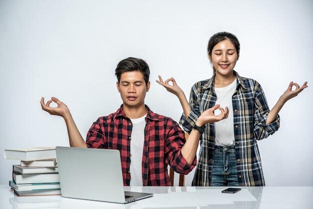 Mężczyźni I Kobiety Używają Laptopów W Biurze I Robią Znaki Ręczne. Darmowe Zdjęcia