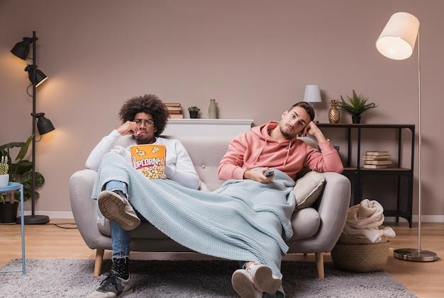 Mężczyźni Na Kanapie Oglądają Film Darmowe Zdjęcia