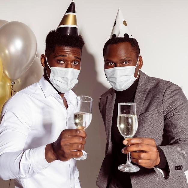Mężczyźni Opiekują Się Tostami I Noszą Maski Medyczne Darmowe Zdjęcia