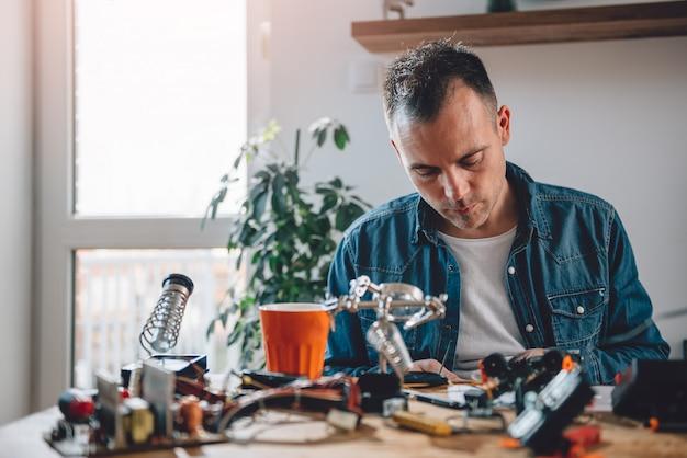 Mężczyźni pracujący z komponentami elektronicznymi Premium Zdjęcia