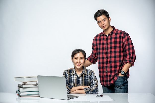 Mężczyźni Uczą Kobiety Pracy Z Laptopami W Pracy. Darmowe Zdjęcia