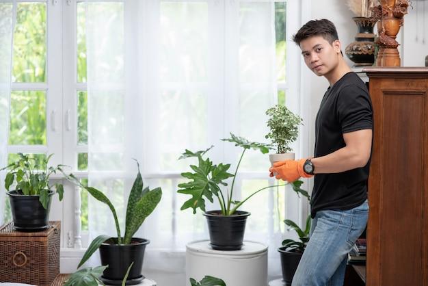Mężczyźni W Pomarańczowych Rękawiczkach I Sadzący Drzewa W Pomieszczeniach. Darmowe Zdjęcia