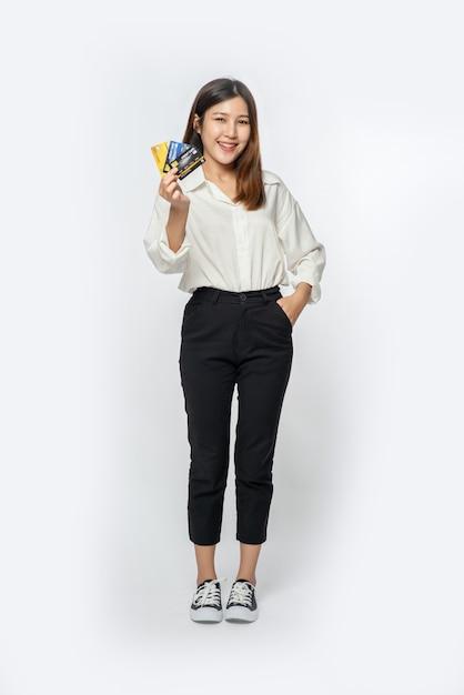 Miała Na Sobie Białą Koszulę I Ciemne Spodnie, żeby Iść Na Zakupy I Mieć Przy Sobie Kartę Kredytową Darmowe Zdjęcia