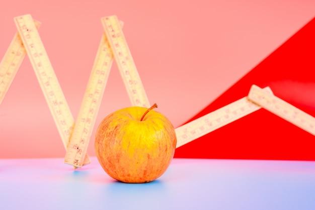 Miara Obok Jabłka, Koncepcja Odchudzania Ze Zdrową Dietą. Premium Zdjęcia
