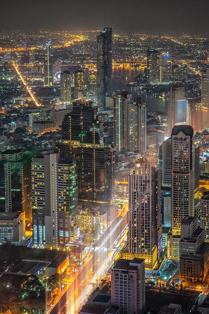 Miasto bangkok. pejzaż miejski bangkok nowożytni budynki biurowi przy nocą, tajlandia. Premium Zdjęcia