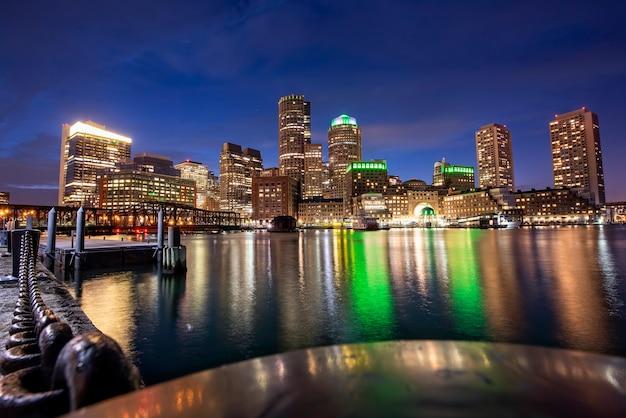 Miasto Boston Z Budynkami I Portem W Nocy, Odbiciami Wody I Błękitnym Niebem Z Gwiazdami Darmowe Zdjęcia