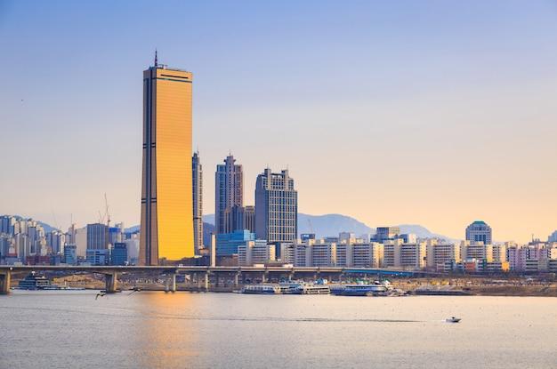 Miasto Seul I Rzeka Han W Yeouido Premium Zdjęcia