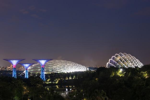 Miasto singapur nocą Premium Zdjęcia