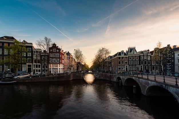 Miasto Widok Amsterdam, Holandie Z Amstel Rzeką Podczas Zmierzchu. Premium Zdjęcia
