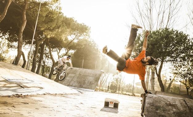 Miastowy Atleta Wykonuje Akrobatycznego Skoku Klapki W Skate Parku Premium Zdjęcia