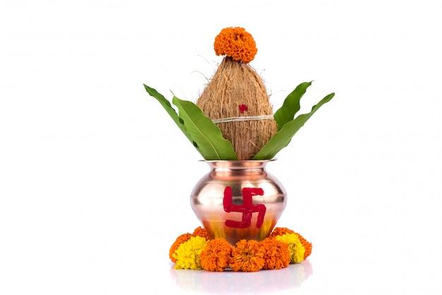 Miedziana kalash z liściem kokosa i mango z kwiatową dekoracją. niezbędny w hindu puja. Premium Zdjęcia