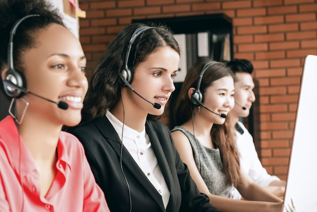 Międzynarodowy Zespół Obsługi Klienta Telemarketingu Call Center Pracujący W Biurze Premium Zdjęcia