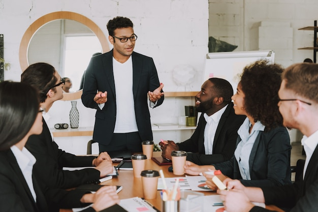 Międzyrasowi Ludzie Biznesu Na Spotkaniu W Biurze Premium Zdjęcia