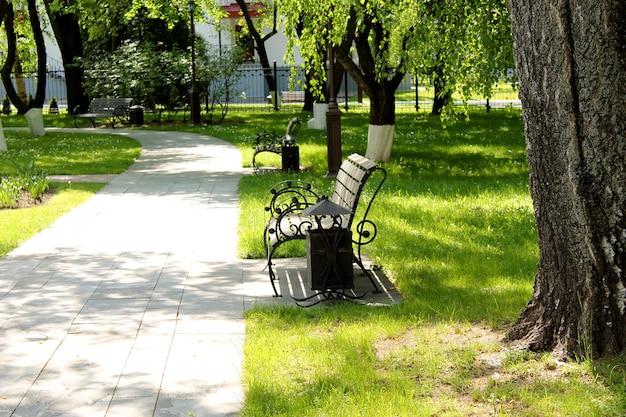 Miejsce Odpoczynku Publicznego Z ławkami. Premium Zdjęcia
