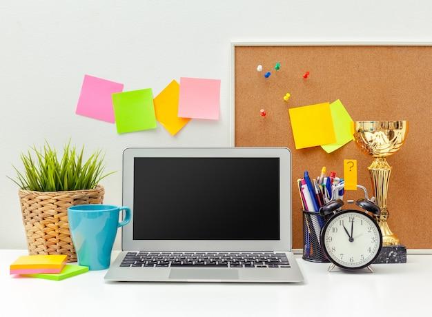 Miejsce pracy twórczej osoby z różnorodnymi kolorowymi przedmiotami biurowymi Premium Zdjęcia