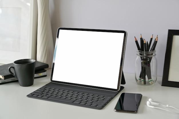Miejsce pracy z pustego ekranu tabletu makieta Premium Zdjęcia