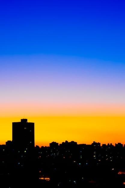 Miejski Zachód Słońca Degraduje Się W Mieście Premium Zdjęcia
