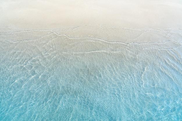Miękka fala błękitny ocean na piaskowatej plaży Premium Zdjęcia