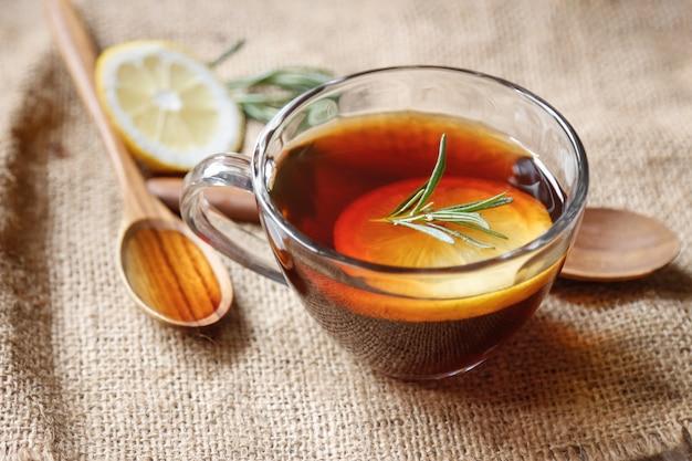 Miękka Gorąca Herbata Z Cytryną I Rozmarynem Premium Zdjęcia