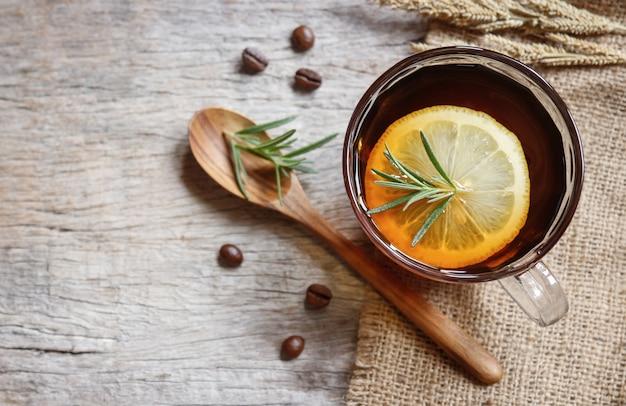 Miękka Gorąca Kawa Z Cytryną I Rozmarynem Premium Zdjęcia