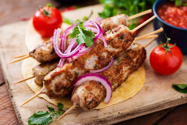 Mielony Kebab Z Grilla Z Indyka (kurczak) Z Warzywami. Premium Zdjęcia