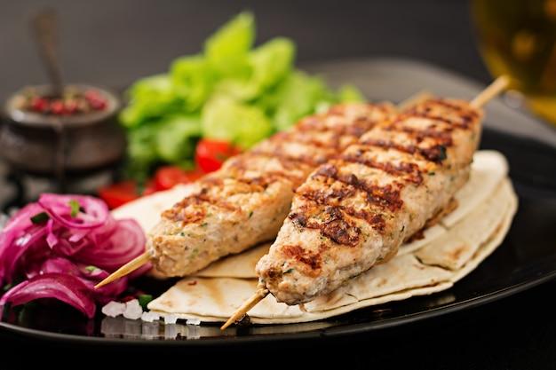 Mielony Kebab Z Indyka Z Grilla (kurczak) Ze świeżymi Warzywami. Darmowe Zdjęcia