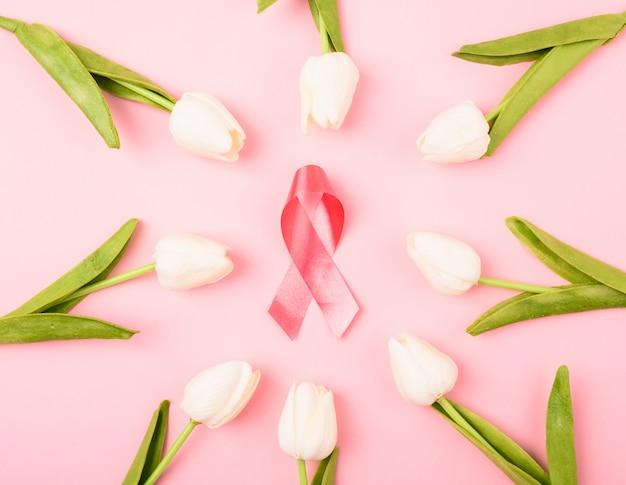 Miesiąc Raka Piersi, Płaski Widok Z Góry, Różowa Wstążka I Kwiat Tulipana Premium Zdjęcia