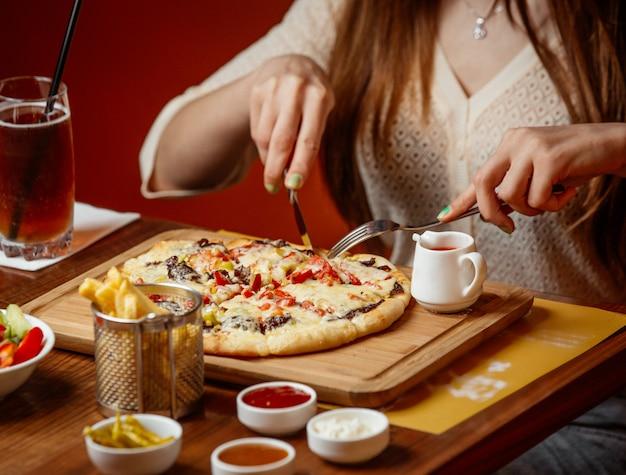 Mięsna Pizza Z Serem I Warzywami Na Drewnianej Desce Darmowe Zdjęcia