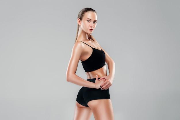Mięśniowa Młodej Kobiety Atleta Na Szarość Darmowe Zdjęcia