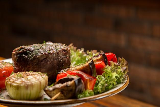 Mięsny Stek Z Warzywami Na Talerzu Premium Zdjęcia