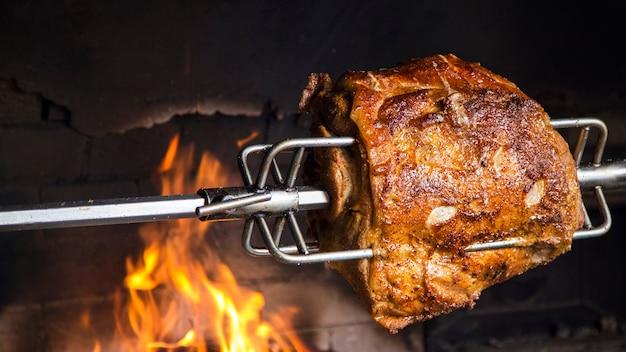 Mięso Na Rożnie W Piekarniku. Schab Z Grilla W Otwartym Płomieniu. Copyspace Premium Zdjęcia
