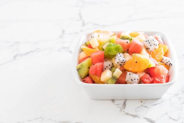Mieszać pokrojone owoce Premium Zdjęcia