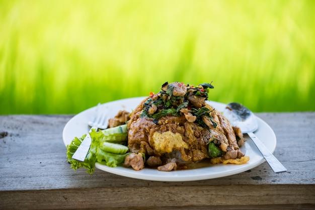 Mieszaj Smażonego Kurczaka Z Liśćmi Bazylii Premium Zdjęcia