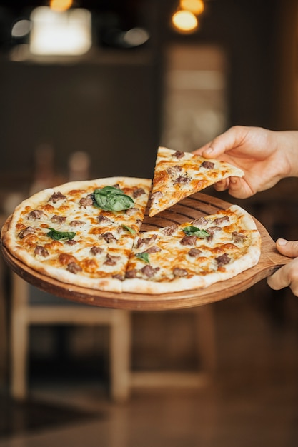 Mieszana Składnik Pizza Na Drewnianej Desce, Bierze Plasterek Darmowe Zdjęcia