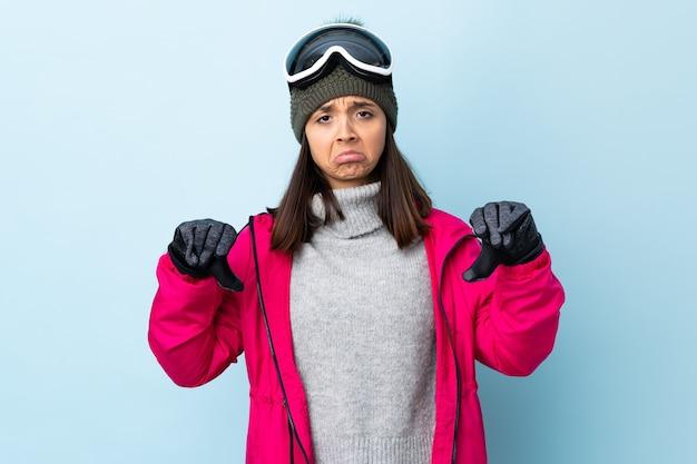 Mieszane Narciarz Wyścigu Dziewczyna W Okularach Snowboardowych Premium Zdjęcia