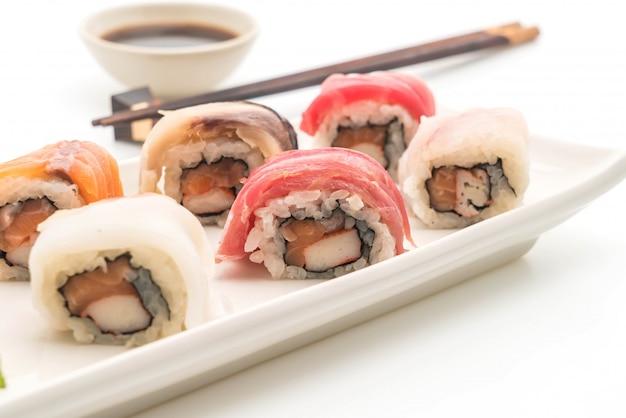 Mieszane sushi roll - japoński styl jedzenia Premium Zdjęcia