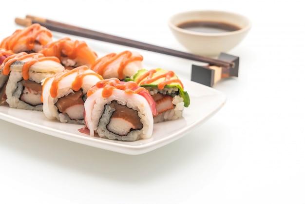 Mieszane sushi roll z pikantnym sosem - japoński styl jedzenia Premium Zdjęcia