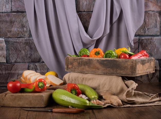 Mieszane Warzywa W Drewnianych Tacach Premium Zdjęcia