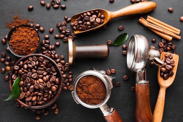 Mieszanka akcesoriów do kawy na stole Darmowe Zdjęcia